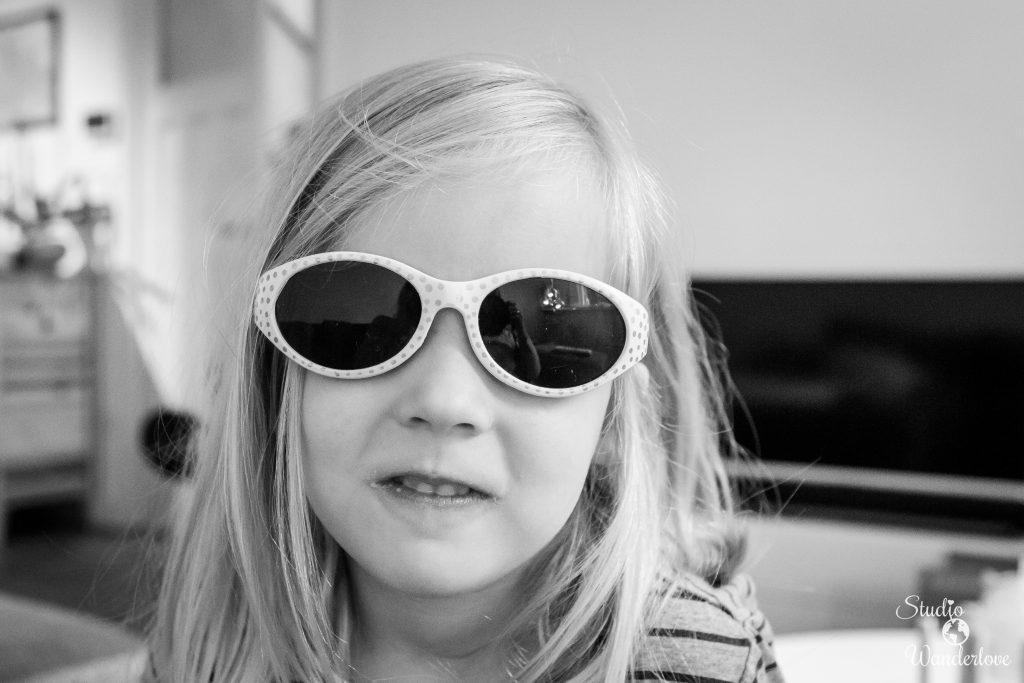Anna met zonnebril